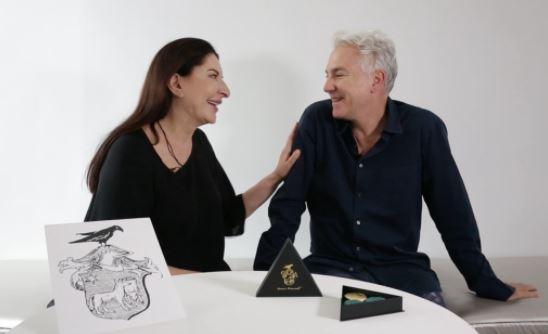 La bizzarra performance artistica: i macarons al gusto di Marina Abramović